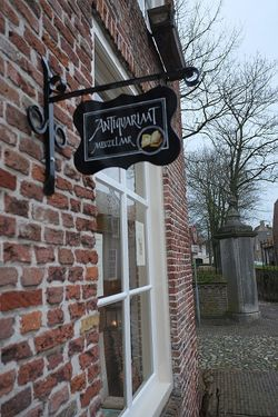 logo: Antiquariaat Meuzelaar