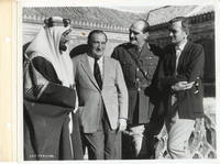 Lawrence of Arabia (Original keybook photograph Alec Guinness, Sam Spiegel, Jack Hawkins, and David Lean on the set of the 1962 film)