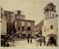 Isola di Capri. Piazza del villaggio omonimo, animata.
