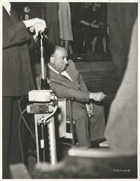ALFRED HITCHCOCK / STAGE FRIGHT (1950) Photo of director BTS on set