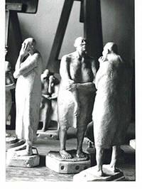 Photograph of the sculpture Conjunto de Mujerers sin pelo from la serie del manicomio.  1987